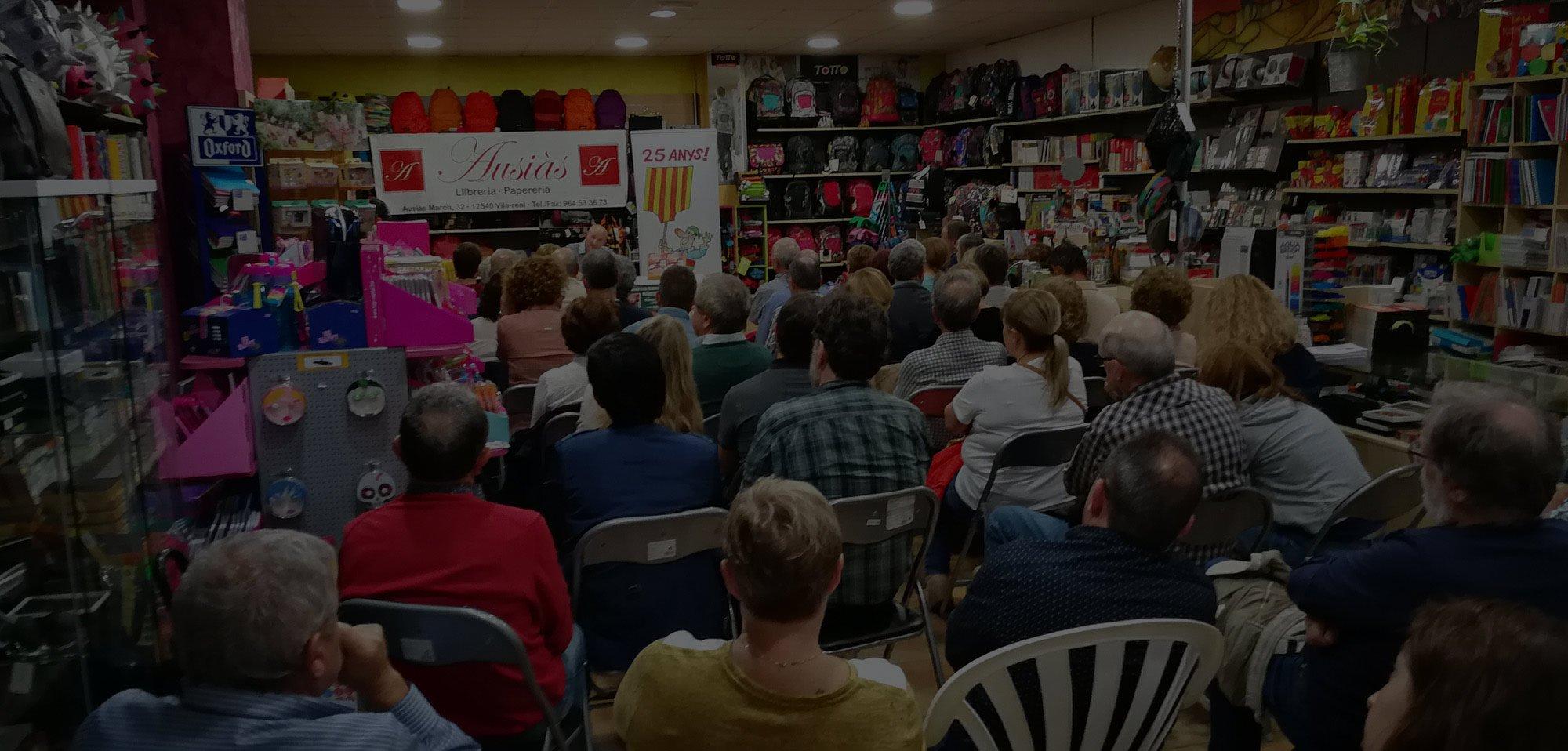 Usó presenta «El paradís a les foques» i omple de gom a gom la llibreria Ausiàs de Vila-real